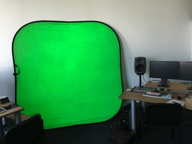 Die grüne Farbe ist die Reflexion der hellen LED's aus einem Ring um die Kameralinse